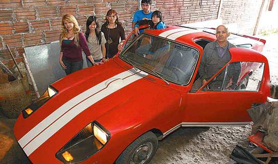 El Juca junto a su creador y familia - Foto: La Gaceta de Tucumán