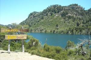 Laguna verde, dentro del camping mapuche en Angostura.