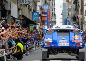 La gente saludó el paso de los pilotos por las calles porteñas. Foto: Prensa Dakar.