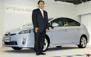Akio Toyoda junto al Toyota Prius
