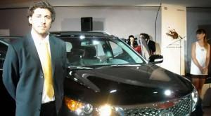 Franco Collia, de Kia Argentina, junto a la Sorento 2010