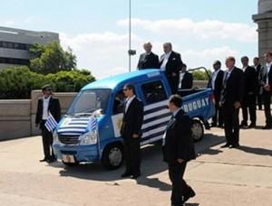 Mujica y Astori salen del parlamento subidos al Pepemovil - Foto: El País