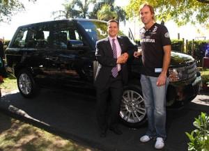 Sebastián Dañil y Gonzalo Pieres junto al Range Rover.