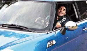 Maradona llega al predio de la AFA en Ezeiza en su Mini Cooper.