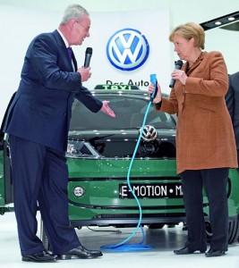 Angela Merkel junto al VW Milano taxi en la Feria de Hanover.