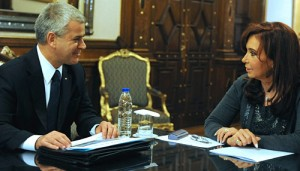 El titular de GM Argentina, Sergio Rocha, junto a la Presidenta Cristina Fernández.