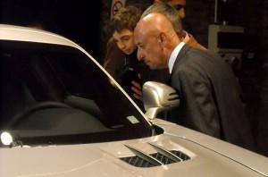 Tres generaciones admirando al Mercedes-Benz SLS AMG