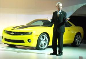Jaime Ardila junto al Chevrolet Camaro