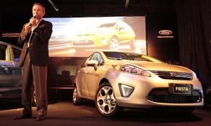 Enrique Alemañy junto al Ford Fiesta Kinetic Design sedán