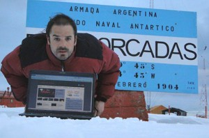 Jorge Lenz en la Base Orcadas leyendo Cosas de Autos.