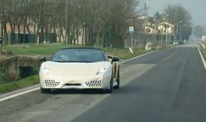 Un Lamborghini en fase de prueba por las calles aledañas.