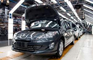 Línea de ensamblado del Peugeot 408 en la planta de PSA en Villa Bosch.