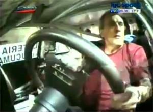 Traverso girando sin cinturón en el callejero de Santa Fe. Imagen de TV