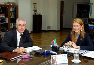 Débora Giorgi y el embajador de Brasil en Argentina, Enio Cordeiro.