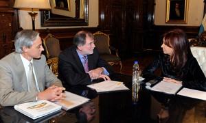 Fosco y Maciet de Renault Argentina junto a la presidenta Cristina Fernández.