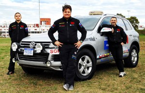 La Volkswagen Touareg de la TDI Panamericana y su equipo.