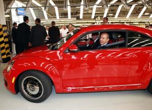 Felipe Calderón al volante de un nuevo Beetle.
