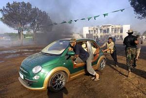 Rebeldes se encontraron con el Fiat 500 eléctrico de Khadafy - Foto: AP