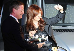 El presidente de Mercedes-Benz Argentina, Roland Zey, le obsequia una vieja boletera de colectivos a Cristina Fernández
