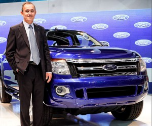 Enrique Alemañy, presidente de Ford Argentina, junto a la Ranger 2012.