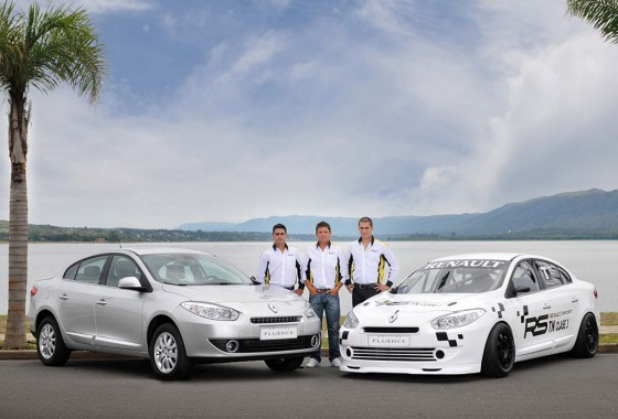 Okulovich, Ortelli y Mungi junto al Renault Fluence de TN clase 3 y al Renault Fluence de calle.