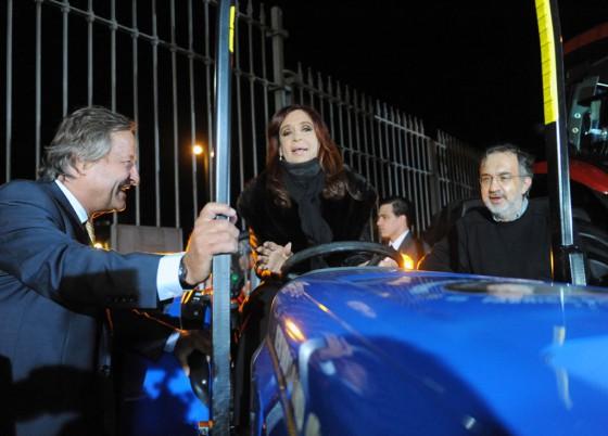 La presidenta sobre un tractor CNH de producción nacional junto a Rattazzi y Marchionne.