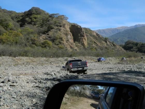 Foto artística de la caravana que se retira del exigente circuito salteño.