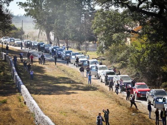 La caravana de 72 vehículos a punto de ingresar al circuito off-road.