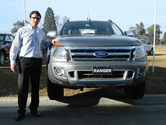 Ingeniero Marcelo Tozini junto a la nueva Ranger