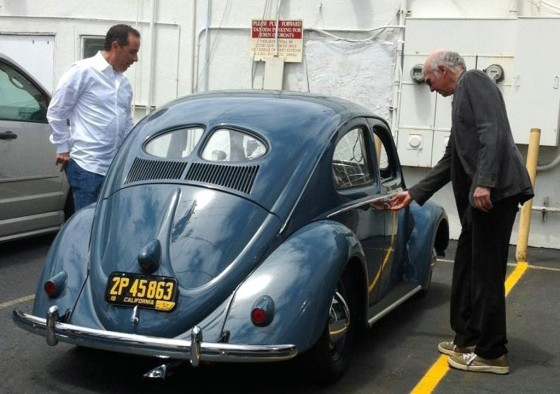 Jerry Seinfeld y Larry David a punto de subir al Beetle de 1952.