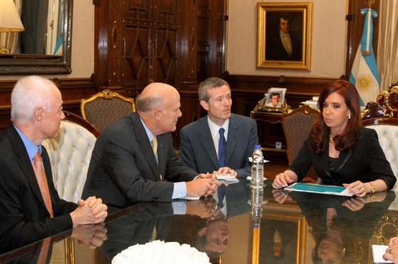 Jaime Ardila y Dan Akerson junto a Cristina Fernández.
