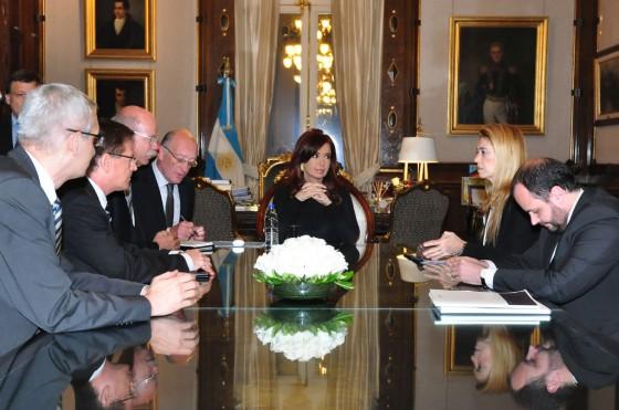 Dieter Zetsche, CEO de Daimler AG, junto a a la presidenta Cristina Fernández.