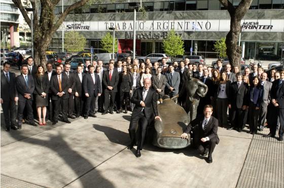 Zetsche, CEO de Daimler AG y Zey, Presidente de Mercedes-Benz Argentina junto al Directorio y staff gerencial de MB Argentina.