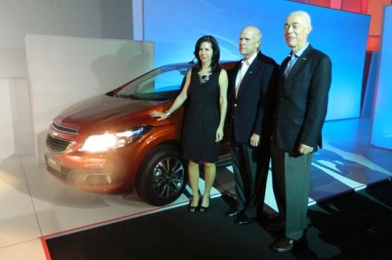 Lieblein, Akerson y Ardila junto al Chevrolet Onix.