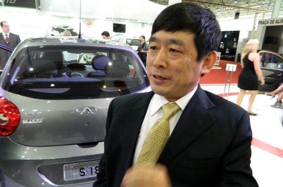 Zhou Biren, enérgico, dialogando con Cosas de Autos (traductora mediante).