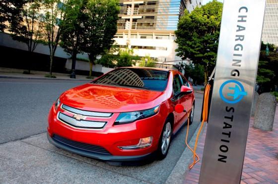 Chevrolet Volt Plug-in en una estación de carga.