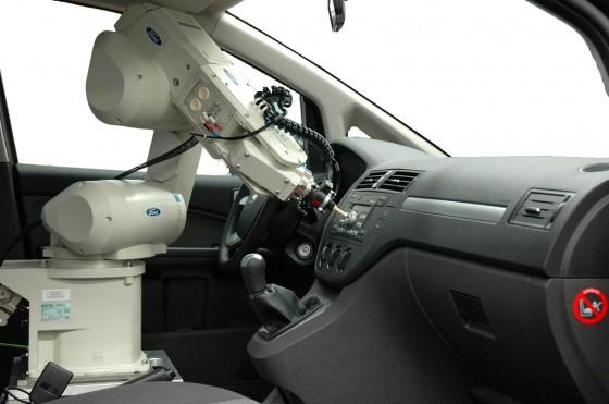 """Video: Así trabaja RUTH, el robot que """"siente"""" la calidad de los Ford"""