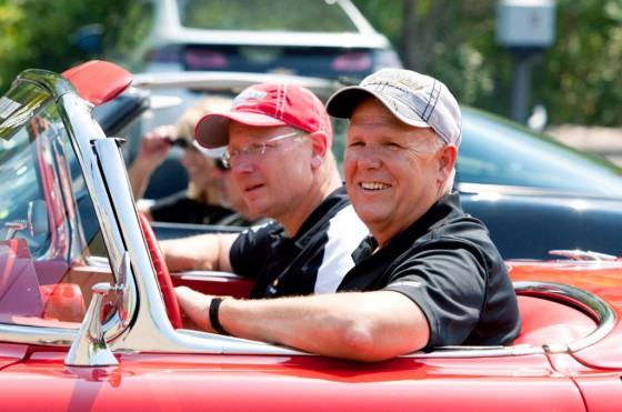 Dan Akerson al volante de un Corvette similar en un evento de GM.