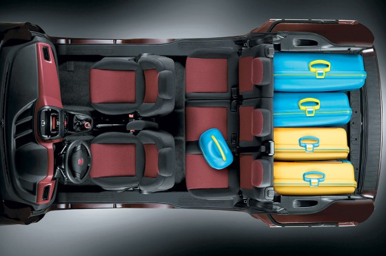 Vista cenital del interior del Fiat Dobló Pasajeros con dos filas de asientos.