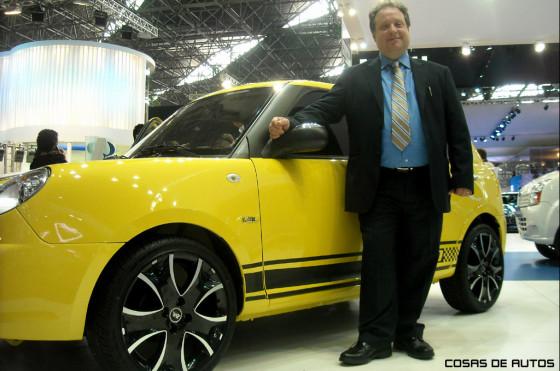 Gustavo Effa junto al Lifan 320. Foto: Cosas de Autos