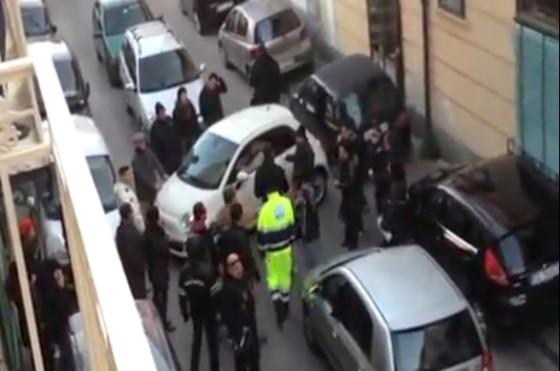 """Un Fiat 500 """"atrapado"""" en Nápoles"""