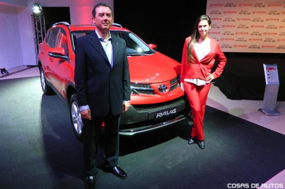 Daniel Afione, gerente general de Toyota, junto a la Nueva RAV4.