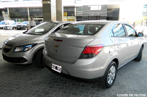 Chevrolet Onix junto al Prisma