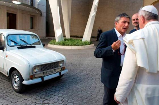 Un Renault 4 con 300 mil km y a GNC, el austero papamóvil de Francisco