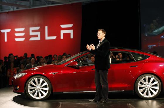 Elon Musk junto al Tesla S