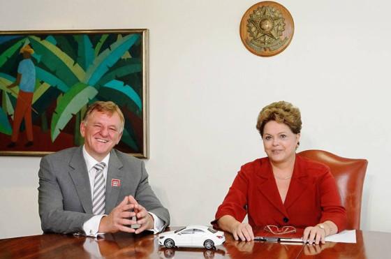Andreas Renschler, CEO de Mercedes-Benz junto a la presidenta Dilma Rousseff en el anuncio de la inversión.