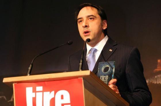 El premio fue entregado a Emilio Tiberio, Director de Desarrollo de Neumáticos Centro Técnico de Bridgestone Europe, durante la Expo Tecnología del Neumático de 2014 celebrada en Colonia, Alemania.
