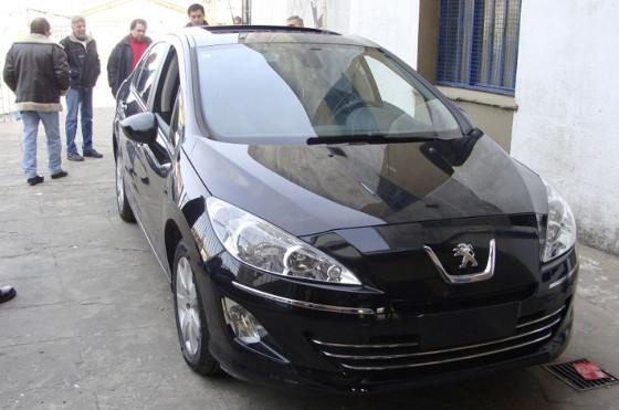 El Peugeot 408 al llegar a la Escuela Técnica Nº2 de Avellaneda