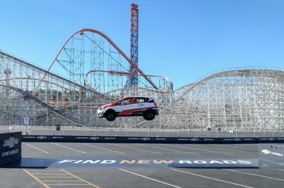 Acrobacia: un Chevrolet Sonic consiguió un récord Guiness en salto hacia atrás