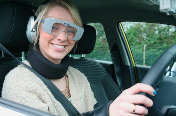 Ford creó un traje experimental que simula la conducción en estado de ebriedad
